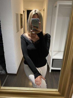Schwarzes langarmshirt mit spitzen Ausschnitt