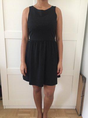Schwarzes Mini-Kleid mit Rückenausschnitt