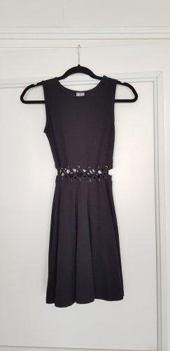 Schwarzes Minikleid mit Schnürdetail