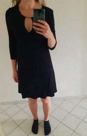 schwarzes Minikleid mit V-Ausschnitt