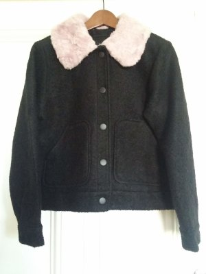 Schwarzes Monki Utility Jacket mit rosa Fellkragen