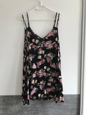 Schwarzes Oberteil mit Blumenmuster oder Kleid