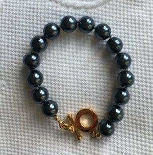 Schwarzes Perlenarmband mit goldfarbener Schließe
