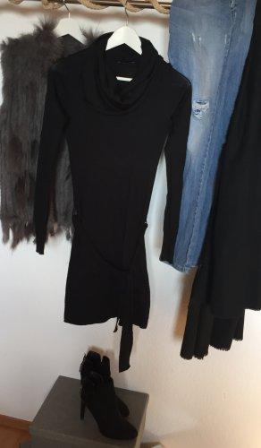 Schwarzes Pulloverkleid mit Wasserfallkragen