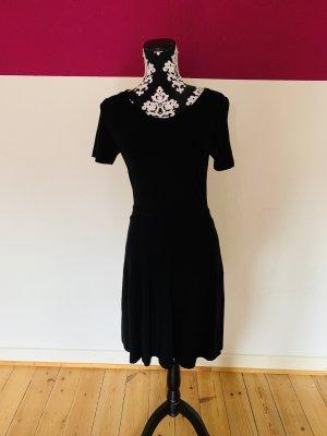 schwarzes rückfreies Kleid