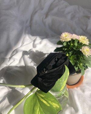 Schwarzes Samt Scrunchie mit geheimer Tasche