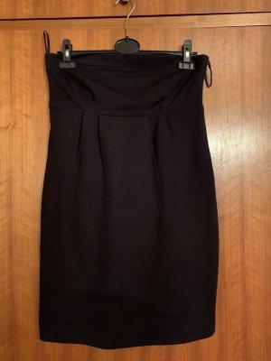 Schwarzes schulterfreies Kleid von Hallhuber