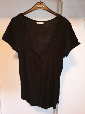 schwarzes Shirt mit Bindedetail im Kragen