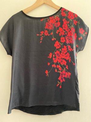 Schwarzes Shirt mit roten Blumen