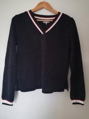 Schwarzes Shirt mit V-Ausschnitt