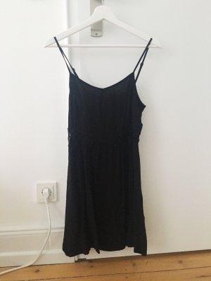 Schwarzes Sommerkleid mit Spitzendetails