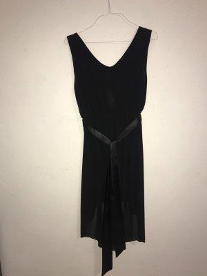 Schwarzes symmetrisches Kleid