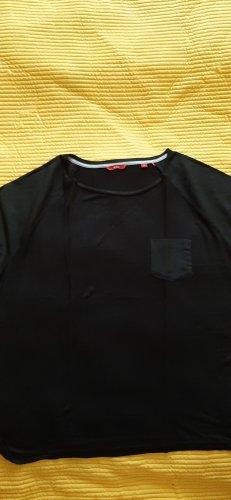 schwarzes t-shirt mit aufgesetzter Tasche