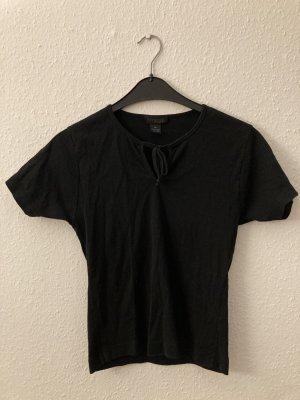 Schwarzes T-Shirt mit Schleife am Kragen