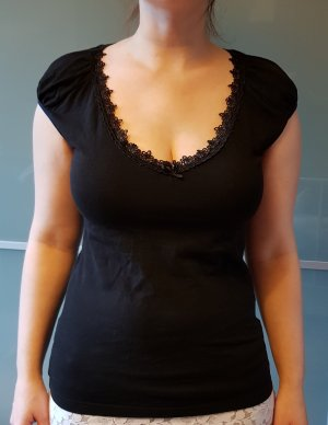 Schwarzes T-Shirt mit verziertem Ausschnitt