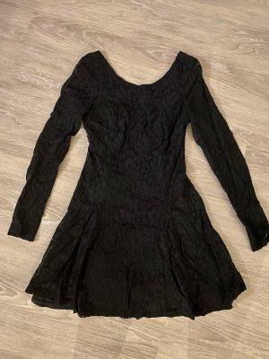 Schwarzes tailliertes Rüschen-Kleid schwarz