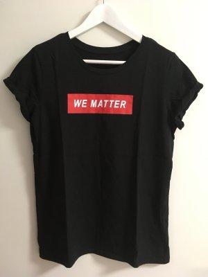 Schwarzes Tshirt mit rot weißem Print