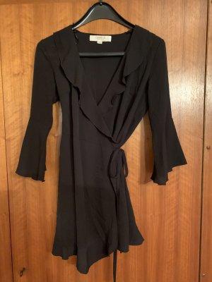 Schwarzes Wickelkleid aus leichtem Stoff