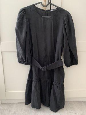 Schwarzez Kleid mit Gürtel