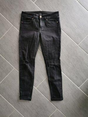 schwarzgraue Jeans mit cut outs