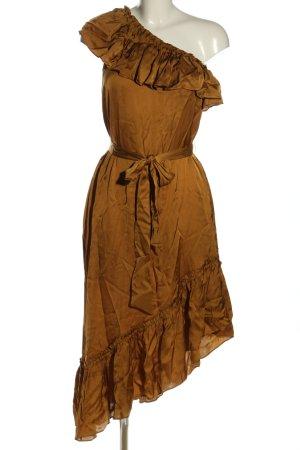 Second Female Vestido de un hombro color bronce look casual