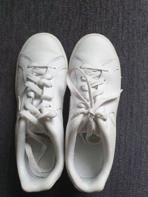 Sehr gut erhaltener Sneaker von Nike Gr. 37,5, weiß