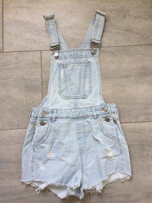Sehr kurze Jeans-Latzshorts