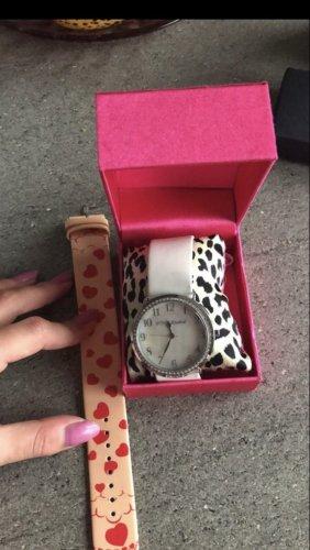 Betsy Johnson. Zegarek ze skórzanym paskiem biały