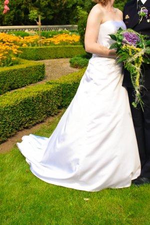 sehr schönes, weißes Hochzeitskleid mit Schleppe