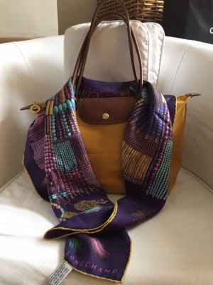 """Seidentuch von Longchamp. Neu. Grundfarbe: Violett. Design: """"Collier Massai"""""""