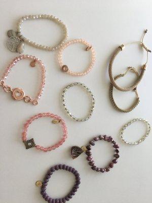 Set aus Armbändern