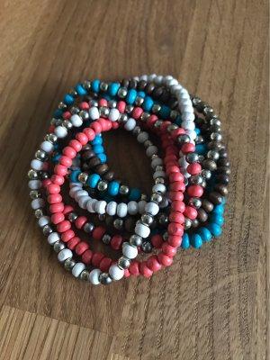 Set aus bunten Perlenarmbändern