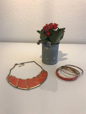 Set aus lachsfarbenen Collier und Armreifen