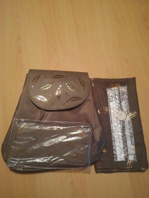Set besteht aus Rucksack, Geldtasche, Uhr und Schal