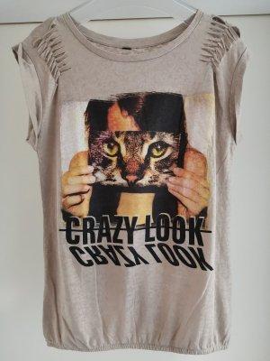 Shirt mit Print Katze und Slogan Gr. S und Gummizug am Saum mit Rissen im Schulterbereich