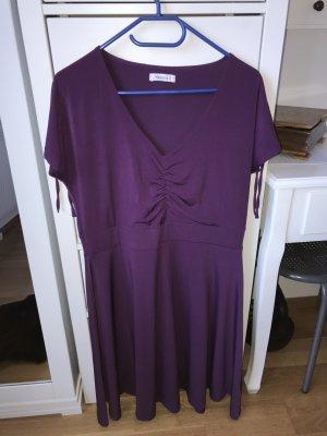 Sukienka o kroju koszulki ciemny fiolet