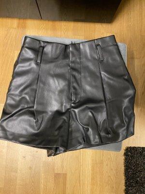 Shorts aus Kunstleder von Zara