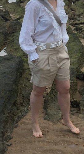 Shorts mit Gürtel von Yessica