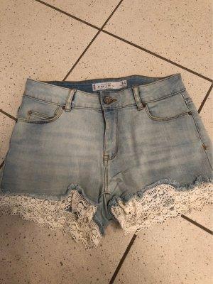 Shorts mit Stickereien