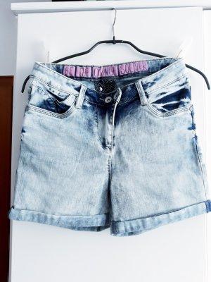 Shorts mit verschiedenen Blau Tönen