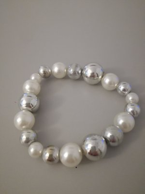 silber-weißes Perlenarmband