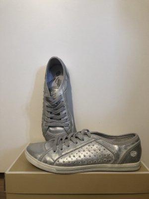 Silberfarbe Sneaker