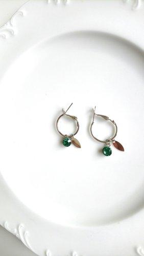 silberfarbene Creolen mit grünem Stein und ovalem Plättchen