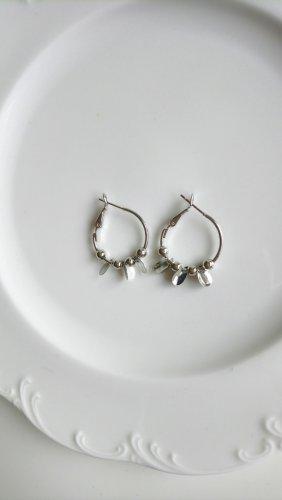 silberfarbene Creolen mit Perlen ubd und Plättchen