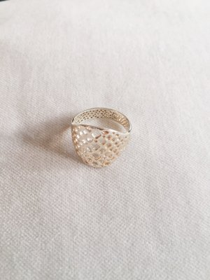 Silberfarbener breiter Ring
