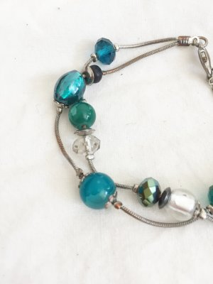 Silberfarbenes Armband mit blauen Perlen