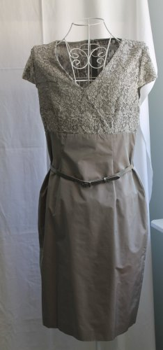 Silbergraues Kleid von St. Emile mit Spitze