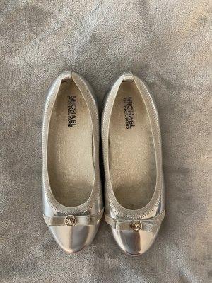 Silberne Ballerinas von Michael Kors