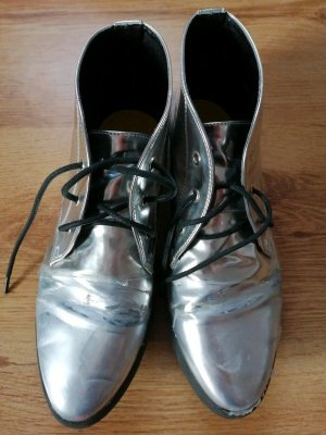 Silberne flache Schnürschuhe