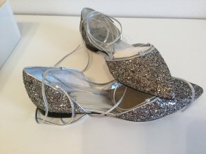 Silberne, funkelnde Ballerinas mit Fesselschnürung